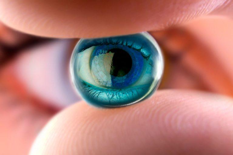 Pessoa segurando lente de contato clínica visão caxias do sul